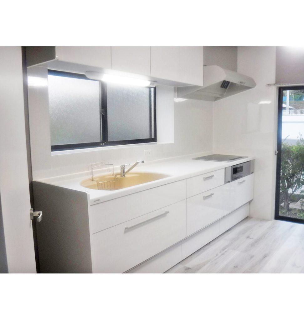 流し前のステンレスがキッチンパネルに替わり、キッチンが人造大理石天板の引出しタイプ収納で物の取り出しも楽々。 床は希望のホワイト色です。
