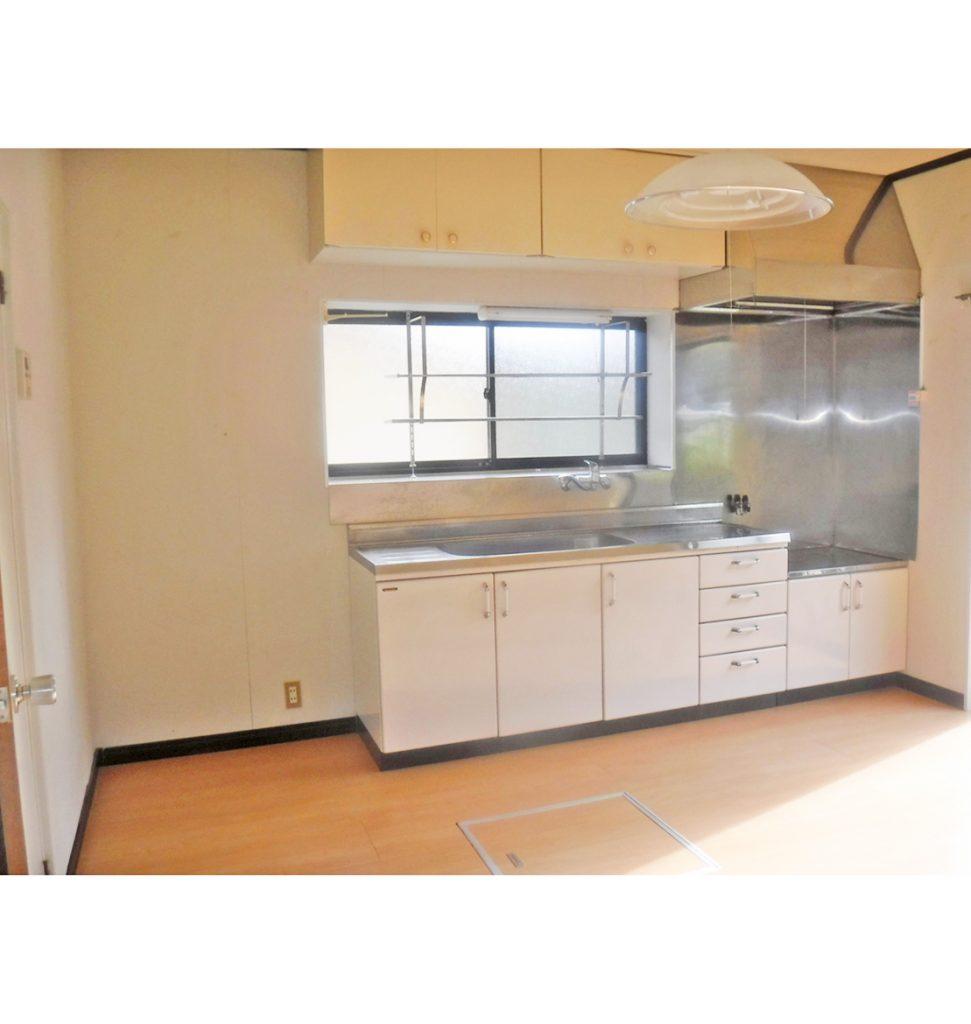 まだ綺麗ではありますが、ショールームで気に入られていたキッチンに交換と、流し前壁もお手入れ簡単なキッチンパネルへ。 床、天井の壁紙も貼り替えへ。