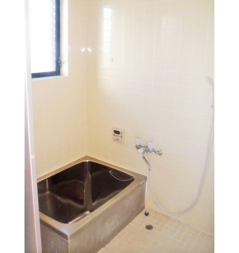 0.75坪浴室、ステンレス浴槽、タイルの床、壁で冷たい。 床の段差も解消したい。
