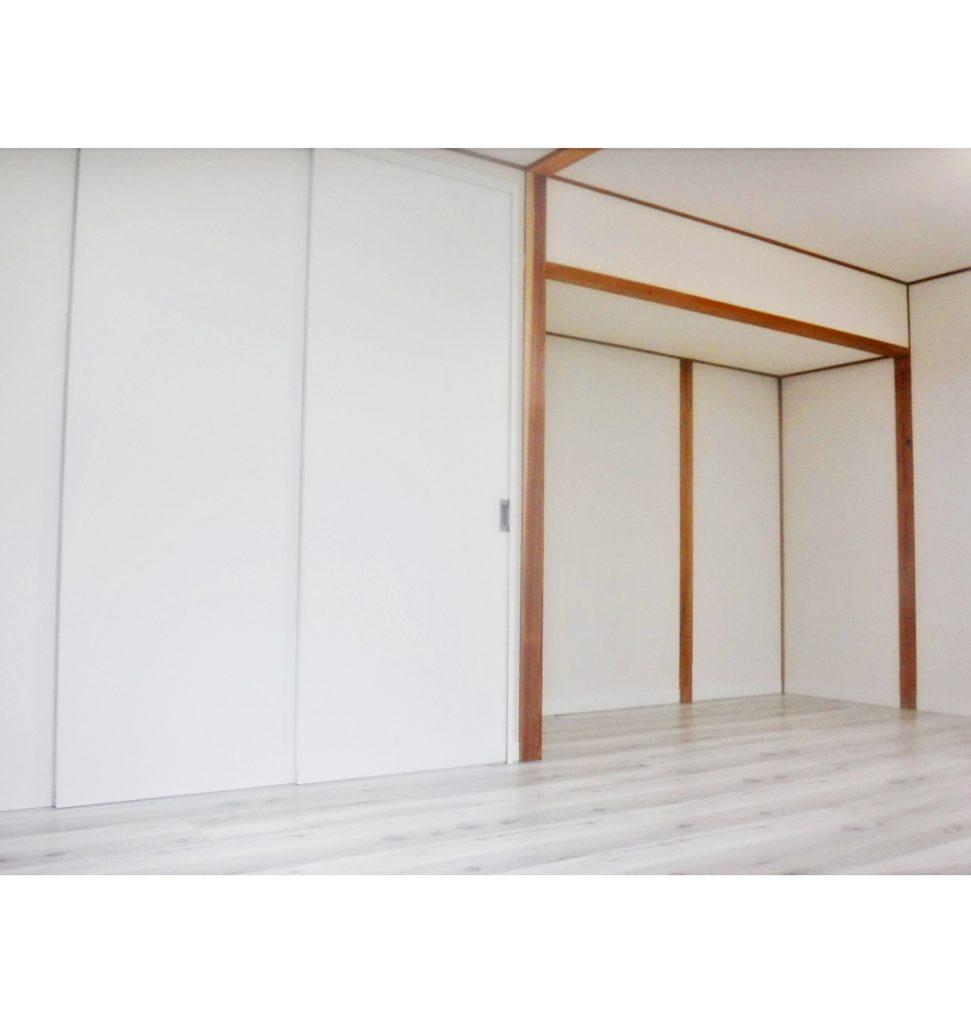 和室の2間がお洒落な洋室に変わりました。 希望のホワイト色の床材に、収納の高さ2.3mの扉が豪華に感じます。
