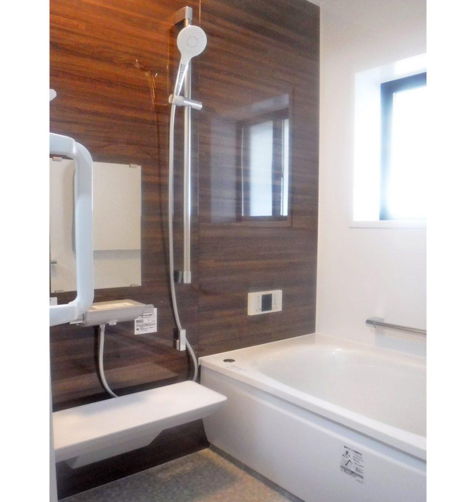 システムバスにリフォームして、サッシは複層ガラスに交換しました。 手摺も要所に取付けて入浴も楽々になりました。 浴槽はステップがあるので、足のストッパーになって安心です。