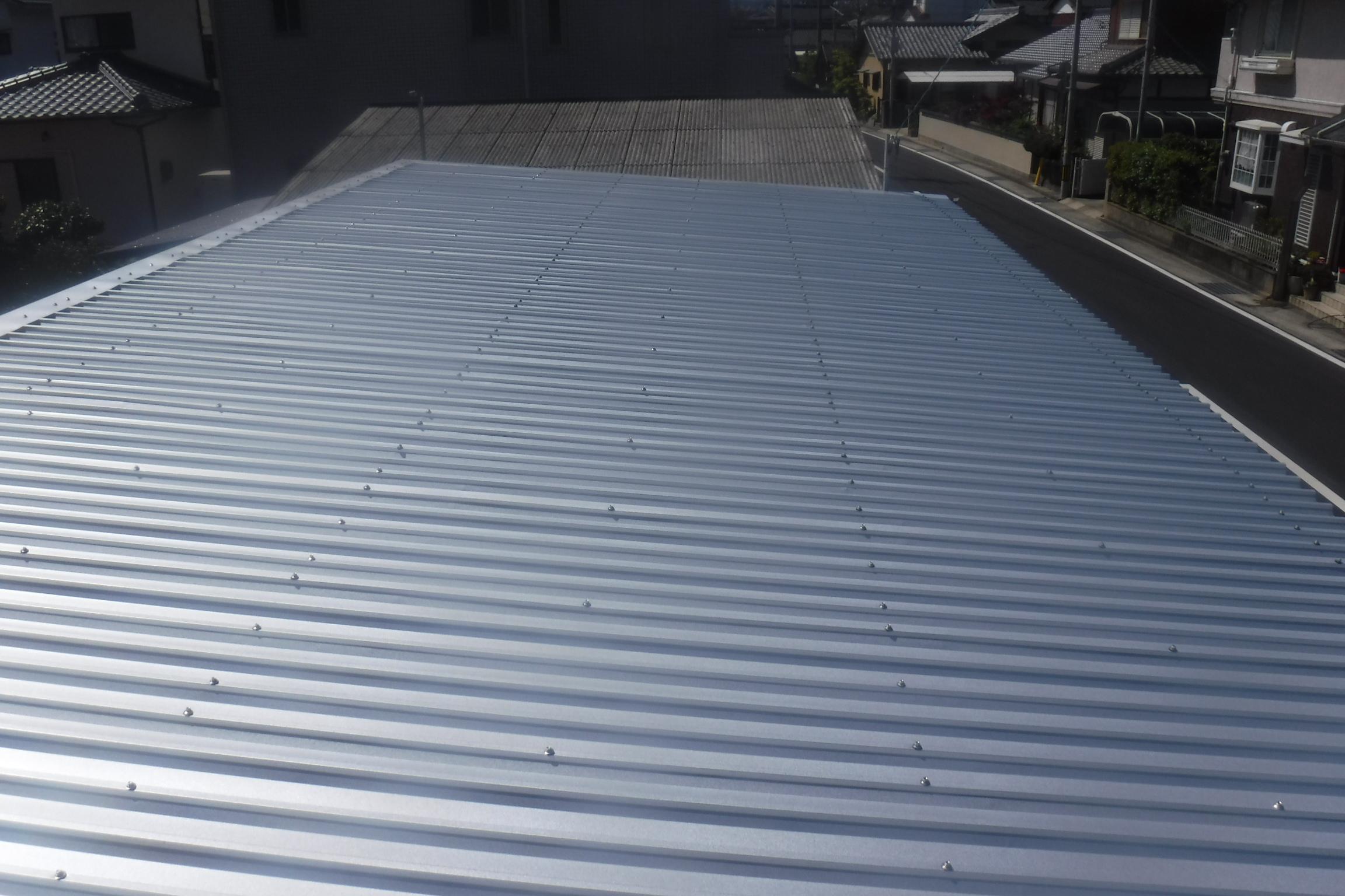スレート屋根をカバー工法でキレイに‼