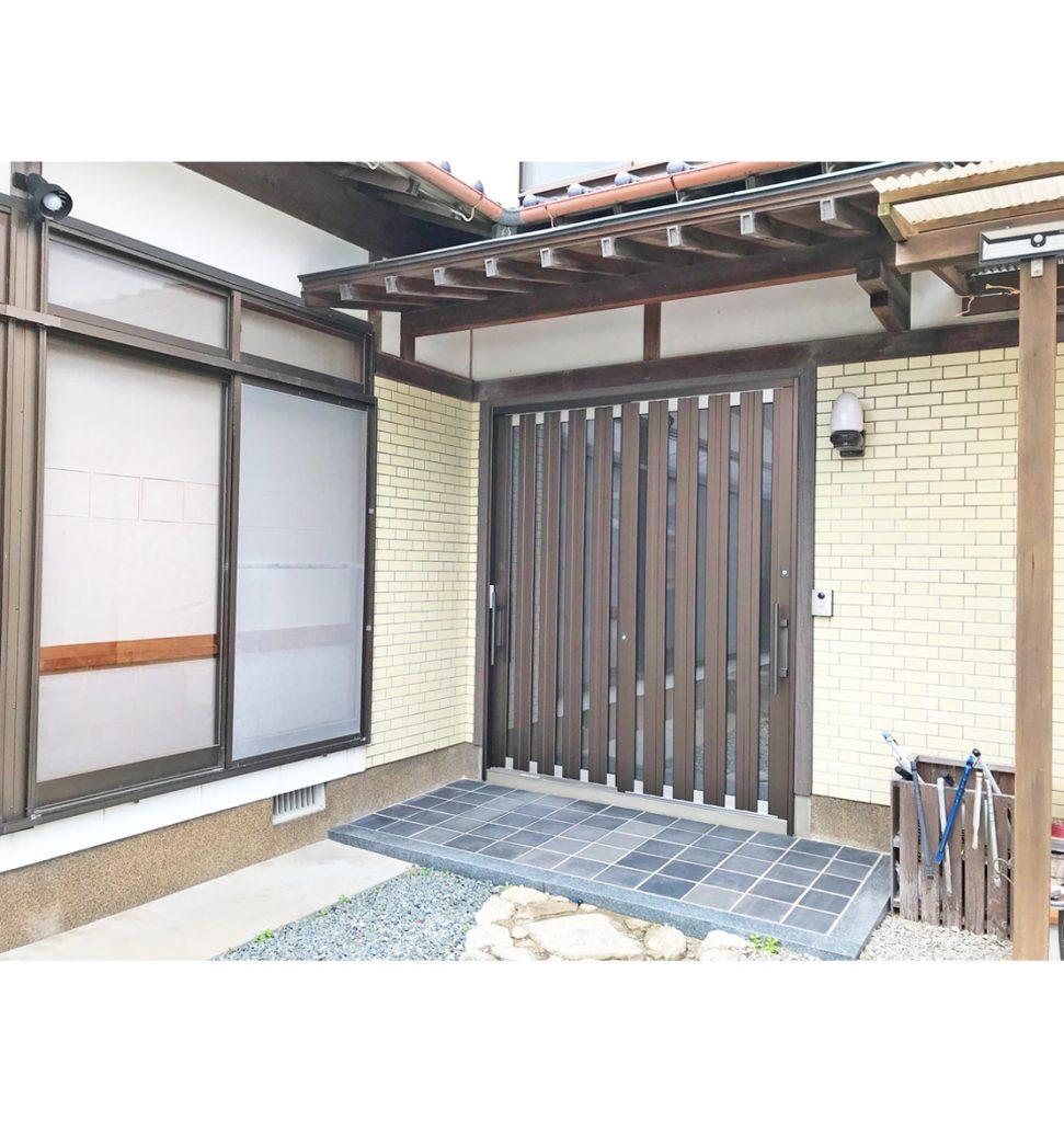 カバー工法と違い、外壁の補修もしています。木目のサイディングで違和感がないようにしまいした。