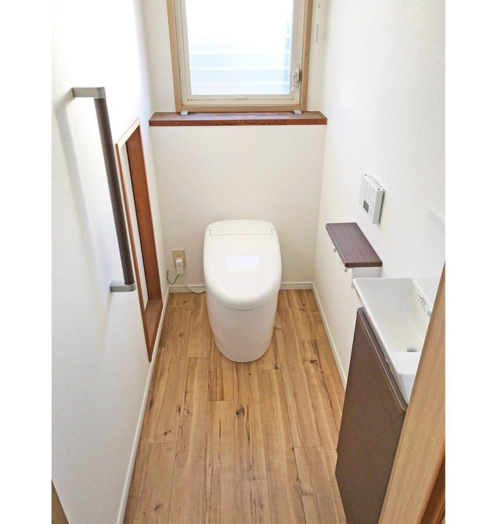 タンクレスの便器で奥行を短くし、手前に手洗器を取付けました。 壁を補強して、手摺も取付けましたので安心です。