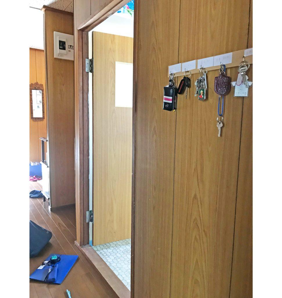 脱衣室入口敷居が58㎜と高くなって開き戸です。
