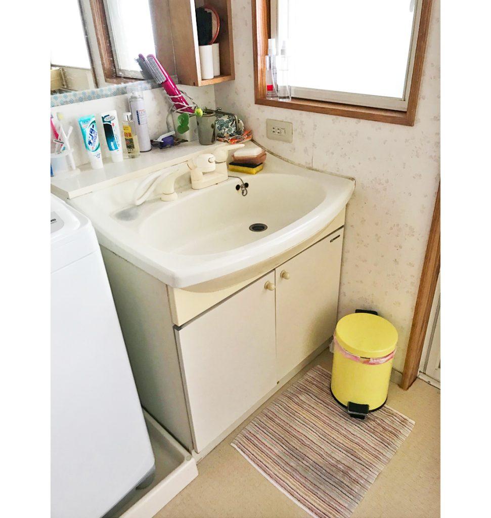 洗面台はミラーが壁に取り付けてあり、収納棚が造作されていました。