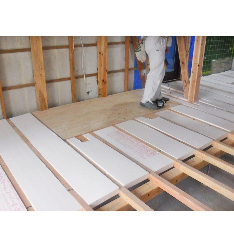 床材断熱材厚50㎜敷き込み。 壁には厚100㎜、天井には厚150㎜を 入れ込みました。
