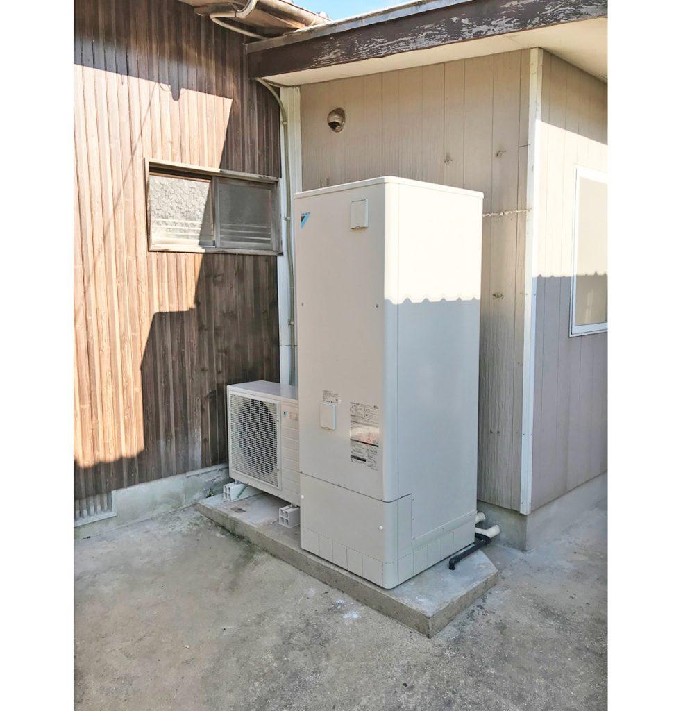 本体とヒートポンプを入れ替えたことで掃除等をしやすくし、使用されていない太陽熱温水器も撤去することで見た目もスッキリとしました。