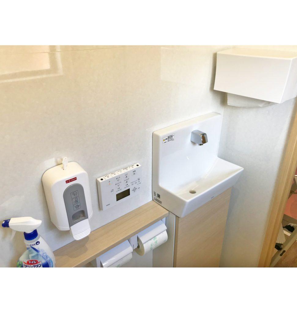 手洗いも自動水栓です。